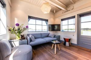 A seating area at The Yays - Crane Apartment