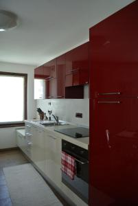 A kitchen or kitchenette at Les Alpes