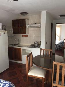 Una cocina o zona de cocina en Apart Hotel Brisas del Mar