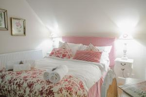 A bed or beds in a room at Brindleys