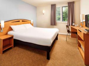 A bed or beds in a room at ibis Lincoln