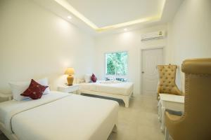 A bed or beds in a room at Koh Tao Coral Grand Resort