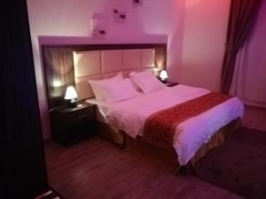 سرير أو أسرّة في غرفة في الورود الذهبية