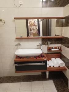 حمام في الورود الذهبية