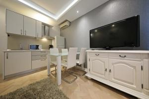 A television and/or entertainment centre at Apartment Urban