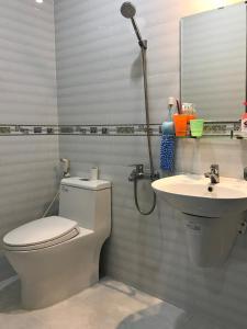 A bathroom at 91 Homestay, Cafe, Bonsai
