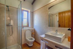 A bathroom at Monte Da Galrixa