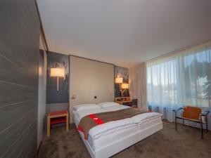 Ein Bett oder Betten in einem Zimmer der Unterkunft Agora Swiss Night by Fassbind