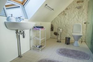 A bathroom at Dagen Haus Guesthouse