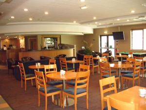A restaurant or other place to eat at ibis Rotherham East – (M18 / M1)