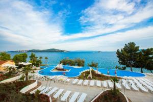 Uitzicht op het zwembad bij Apartments Belvedere of in de buurt