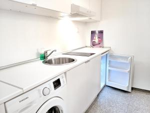 A kitchen or kitchenette at Brand new budget apartment next to Iaso and Oaka