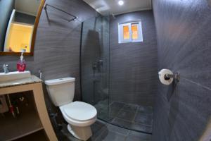 Ein Badezimmer in der Unterkunft Papa Freds Beach Resort