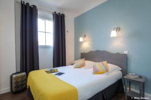 Un ou plusieurs lits dans un hébergement de l'établissement Le Thimothée : Hôtel & Studios