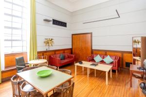 A seating area at Town Hall Hotel & Apartments