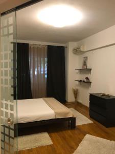 מיטה או מיטות בחדר ב-Nordului Herastrau Luxury Apartment