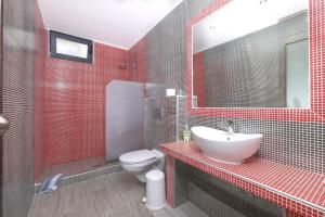A bathroom at Atoli Studios