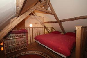 A bed or beds in a room at Domaine de Montsalvy