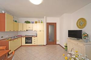 A kitchen or kitchenette at In Centro a Torri del Benaco