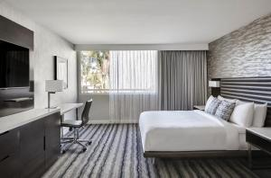 A bed or beds in a room at Ventura Beach Marriott