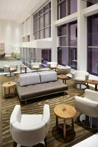 A seating area at Delta Hotels by Marriott Ottawa City Centre