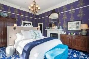 A bed or beds in a room at Hulbert House Luxury Boutique Lodge Queenstown