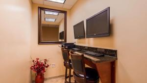 A television and/or entertainment centre at Best Western PLUS Vineyard Inn and Suites