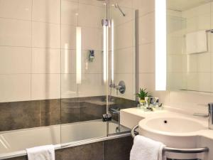 A bathroom at Mercure Carcassonne La Cite
