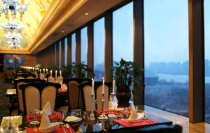 A restaurant or other place to eat at Shenyang Royal Wanxin Hotel
