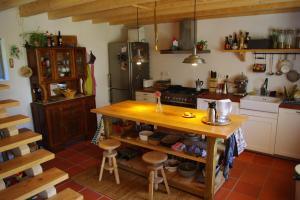 A kitchen or kitchenette at Ti' Ladeira