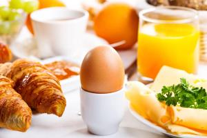 Breakfast options available to guests at Hotel Real Parque