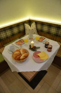 Breakfast options available to guests at Apartmenthaus Bader
