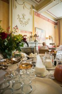 A restaurant or other place to eat at Hotel Botticelli