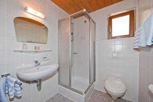 Ein Badezimmer in der Unterkunft Alpenhof Klais
