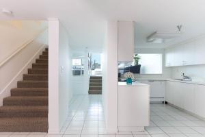 A cozinha ou cozinha compacta de New Point Miami Beach Apartments