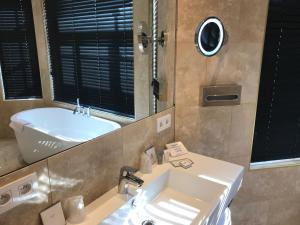 Ein Badezimmer in der Unterkunft Gatsby Hotel Blankenberge - Small Luxury Hotel - Meeting Room - Adults Only