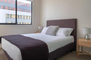 A bed or beds in a room at Wyndel Apartments St Leonards - Herbert
