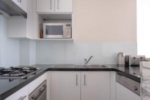 A kitchen or kitchenette at Wyndel Apartments St Leonards - Herbert