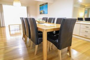 A restaurant or other place to eat at Ironbark Family Townhouse at Raffertys Resort