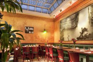 A restaurant or other place to eat at Hotel Terminus Lyon