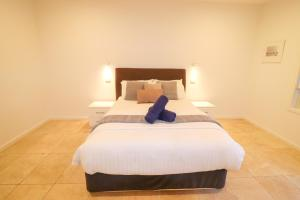 A bed or beds in a room at Pelican Escape Executive Home at Raffertys Resort