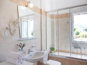 A bathroom at Porto Nirikos