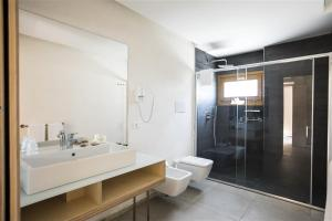A bathroom at Cave Bianche Hotel