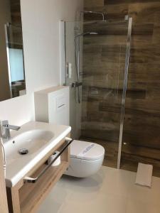 A bathroom at Apartamenty