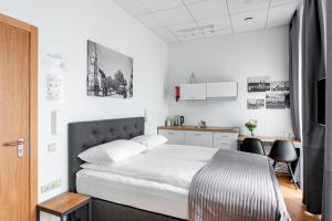 A bed or beds in a room at Piano Apartments