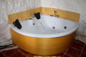 Un baño de Casa Rural con Jacuzzi Paraíso del Júcar