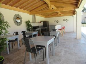 Restaurant ou autre lieu de restauration dans l'établissement Gite Les Courlis