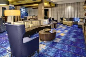 The lounge or bar area at Courtyard by Marriott Carrollton