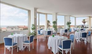 A restaurant or other place to eat at Hotel Sina Astor