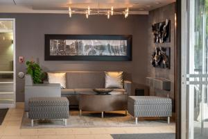 A seating area at DoubleTree by Hilton Cleveland/Downtown Lakeside